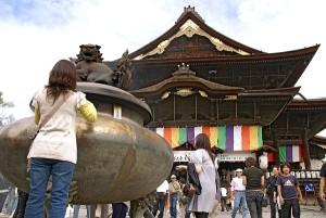 Zenkoji-善光寺本堂前の大香炉